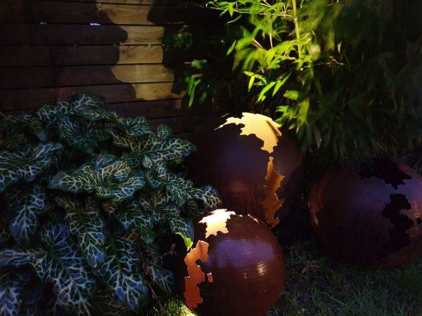sphere-métal-rouillé-nuit